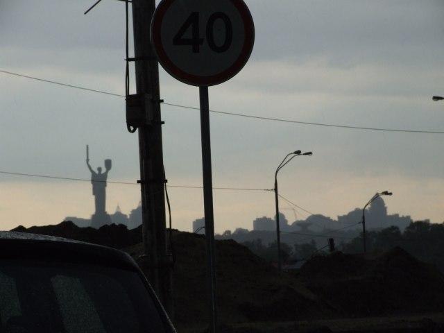 Дождь, пробка на мосту и противоположный берег Днепра