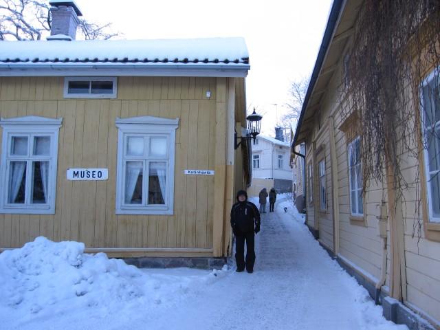 Цевек Цагадинов на самой узкой улице Финляндии
