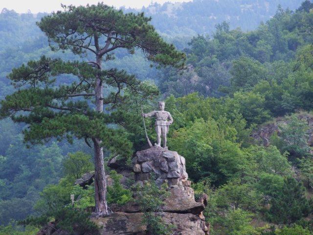 Памятник на скале