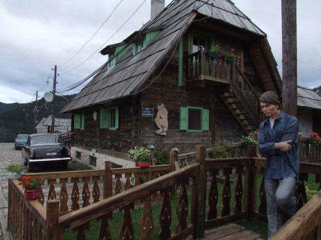 Деревня Кустурицы. Памятник Джонни Деппу